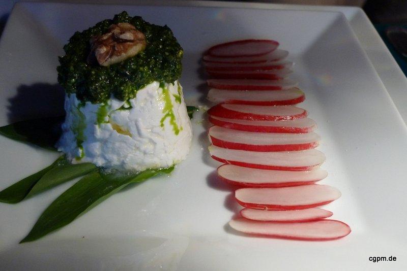 Radieschen Carpaccio mit Ziegen Frischkäse und Bärlauchpesto